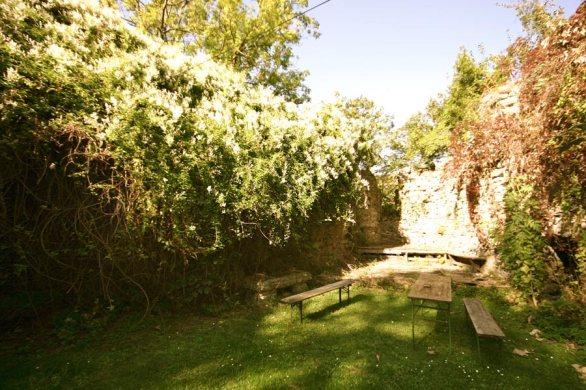 Im Burghof Blick zur ehemaligen Kapelle