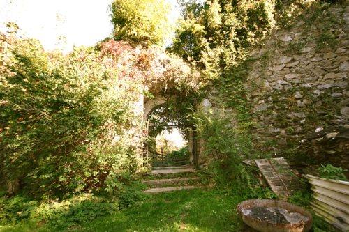Im Burghof Blick zum Ausgang