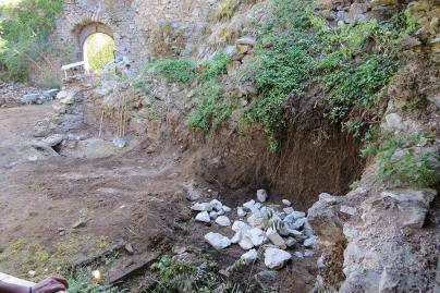 Mauern wurden von Sträuchern und eingestürzten Steinen frei gelegt.