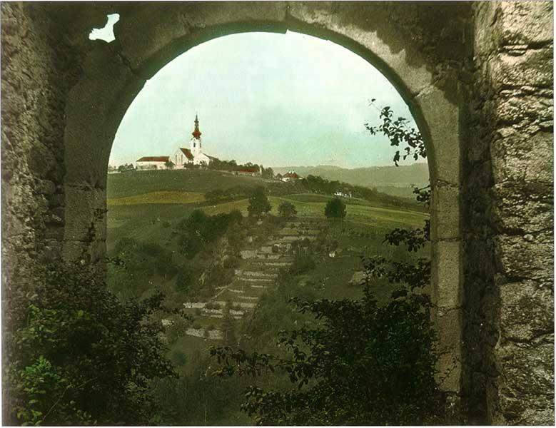 Blick vom Burgtor der Burgruine Gramastetten Richtung Ort Gramastetten, im Vordergrund die Jahresstiege - Jahr und Bildquelle leider unbekannt