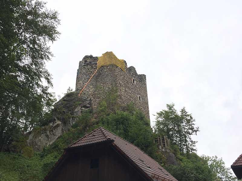 """Ein gelbes Netz """"schmückt"""" nun den Wehrturm der Burgruine Lichtenhag."""