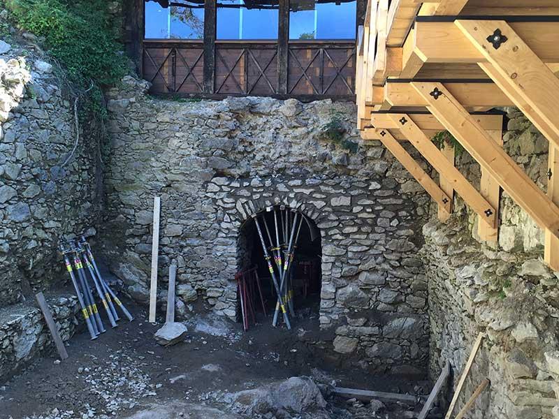 Die Lehrlinge haben Freude daran, dass ihre Arbeit Bestand haben - hier wurde der Eingang zum Kellergewölbe gesichert.