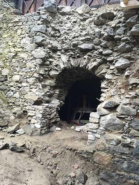 Der Eingang in das Kellergewölbe war vor den Arbeiten schon sehr zerstört, Steine bröckelten immer wieder ab.