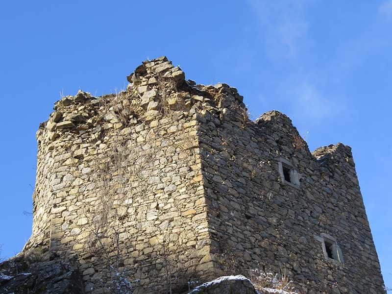 Der Wehrturm der Burgruine wurde durch Verwurzelungen sowie durch Wettereinflüsse stark beansprucht.
