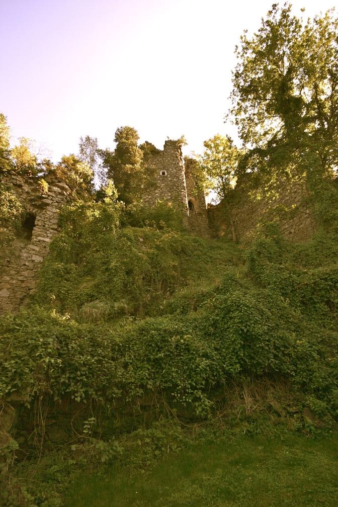 Im Burghof Blick zum Wehrturm - September 2011