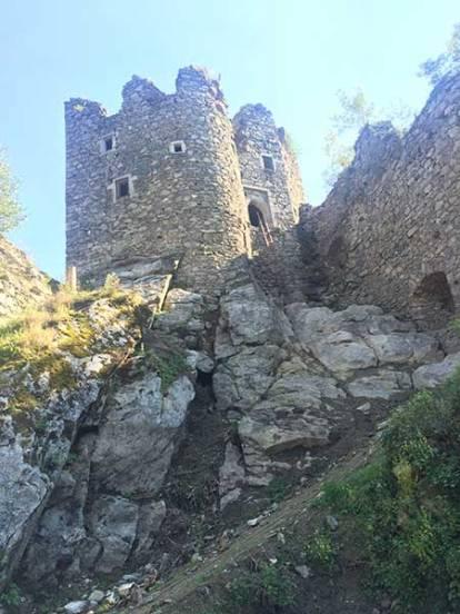 Aktuelles Foto (September 2016) von Wehrturm, der auf einem riesigen Felsen erbaut wurde.