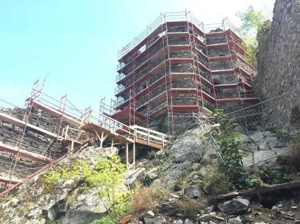 Am Fuße des Wehrturms wurde eine Plattform erstellt, die die Arbeiten an der Mauerkrone erleichtern soll.