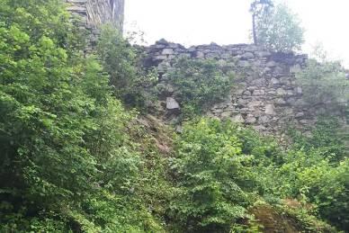 Juli 2016: Es lösen sich immer wieder Steine vom Mauerwerk.