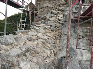 Hier sieht man die Ostmauer links neben dem Eingang. Diese wurde bereits fachmännisch abgemauert, damit das Regenwasser entsprechend abrinnen kann.