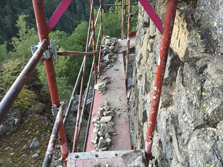 Arbeitermaterial der Steinmetz - diese Steine werden mit der Zwickeltechnik verarbeitet und somit die lockeren Steine befestigt.