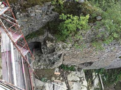 Links unten sieht man das Fenster zum Kerker-Eingang