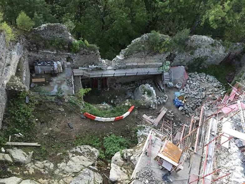 Hier der Blick in den Burghof, der sich von einem verschlafenen, grünen Ganzem in eine aktive Baustelle verwandelt hat.