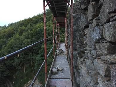Man sieht hier eine komplette Etage vom Gerüst entlang des Wehrturm.