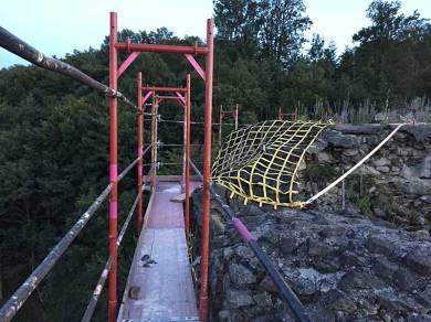 Ganz oben sieht man auf das Netz, dass schon letztes Jahr befestigt wurde.