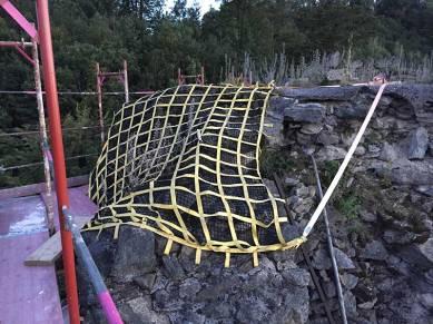 Das Netz hat bereits einige Steine aufgefangen und wird nach den Arbeiten wieder abgebaut.