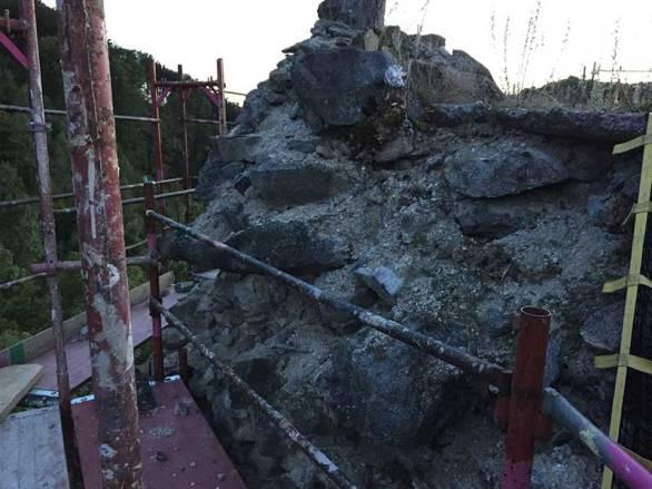 An einigen Stellen sieht man die Befestigungsmaßnahmen, die bereits vor Jahrzehnten gemacht worden sind.