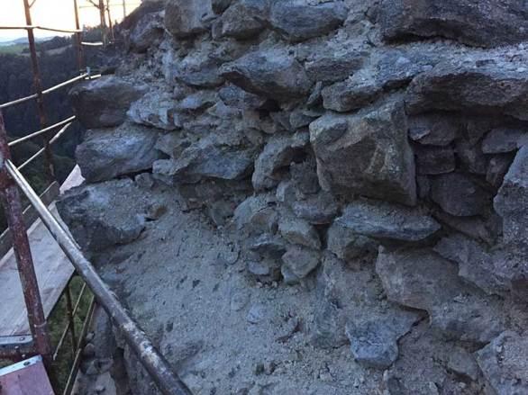 Hier ist schon ein großer Teil der Mauer ab gebrochen - viele Steine sind locker.