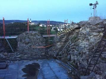 Man Dach des Wehrtrums, das undicht ist und Wasser in den Wehrturm durch lässt.