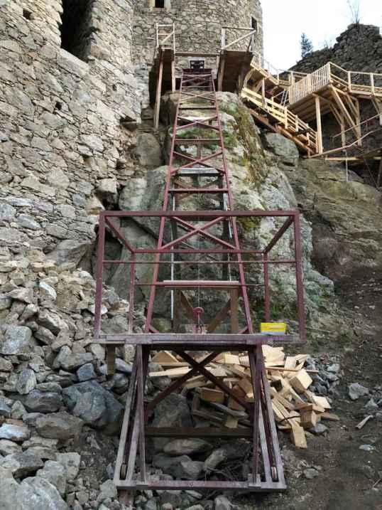 Schrägaufzug zum Transport der Bretter und Pfosten in den Wehrturm.