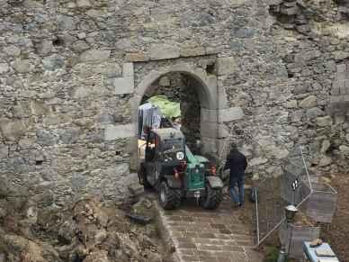 Der Hoftruck hat den über 400 kg schweren Leimbinder zum Eingang der Ruine gebracht.