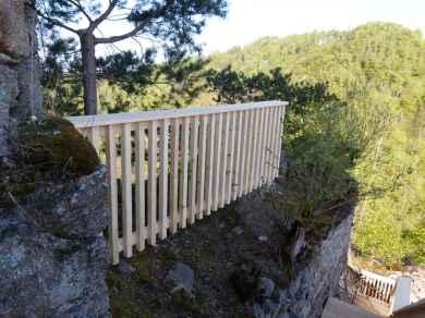 Absturzsicherung entlang der Stufen zum Wehrturm.