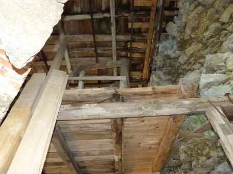 Hier sieht man gut, wie die Holzdecke verschimmelt und die Steine locker im Mauerwerk liegen.