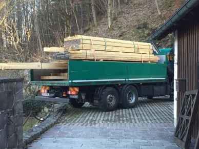Anlieferung des Holzes - per Mannes- und Frauenkraft wurden die Bretter und Pfosten zur Ruine gebracht.